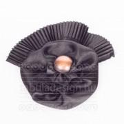 Szatén kitűző - fekete plisszírozott